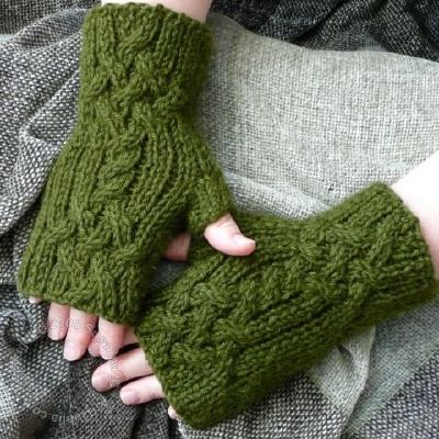 Trenza Mitts by Susanna IC, Photo © ArtQualia